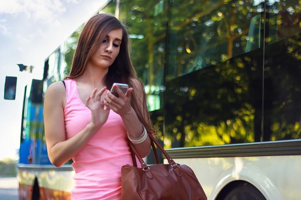 Забавная ситуация: как женщина в автобусе на билет передавала