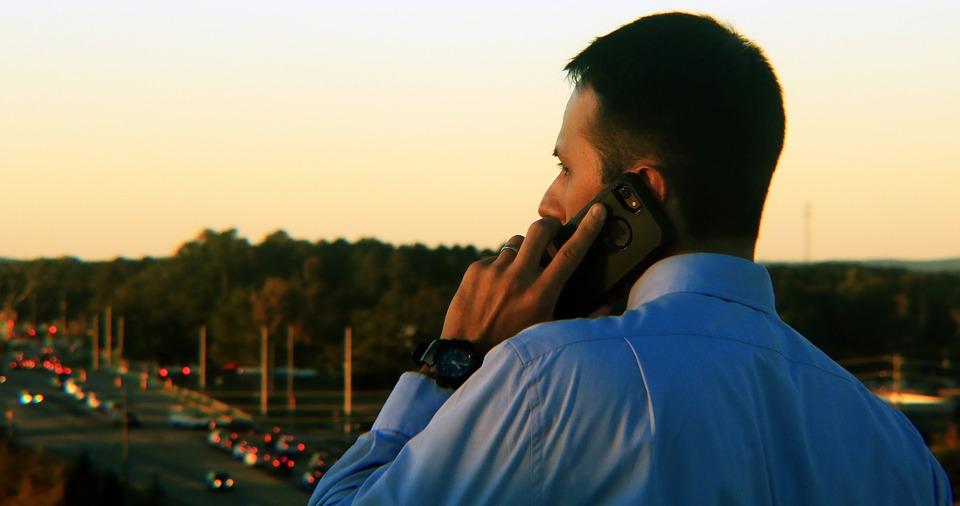 Смешной случай: как девушка проучила парня, который громко болтал по телефону